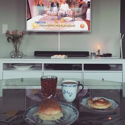 mysfrukost #sundbyberg #tulegatan #droppenskonditori #godmorgon #fredag #fredagsmysheladagen #kaffe #bulle #ljus #marmor #skultuna #rosor #burncancer #inspration #ikea #hemnes #sonos