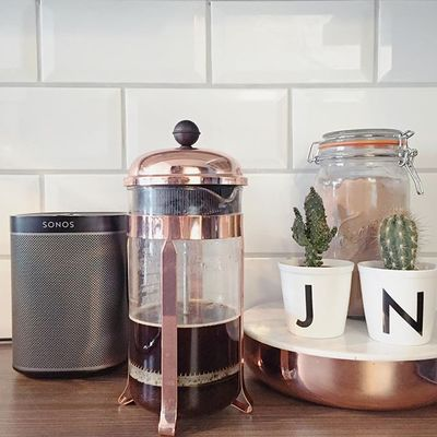 Friday, fresh coffee and morning tunes ☕️ #sonos #sonosplay1 #bodum #bodumfrenchpress #cactus #norgesglass #copper #marble #copperandmarble #kitcheninspiration #scandinaviandesign #interior #interiordesign #nordiskhjem #rom123 #hviit #lunehjem