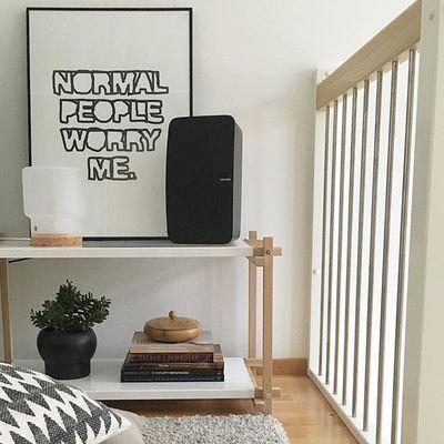 Den nya långa bänken uppe i allrummet blev perfekt. Men ett aber är att alltid kompromissa med tv, högtalare och PS-spel.. Trevlig lördag!:) #mitthemsusanna#susannarawinterior#hay#woody#haywoody#theresesennerholt#sinnerlig#ikea#haydesign#sonos#skandinaviskahem #interiorstyling#inredningsdesign #inredning#ilsecrawford
