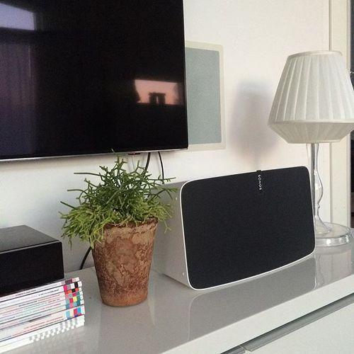 Tv bänken har jag sålt och nu är det kaos här här hemma 😱 har tömt lådorna och skåpet och jisses vad mycket det fick plats i de. Nu ligger det grejer överallt och jag har beslutsångest över vad vi ska välja istället. Tänk om man bara slapp all teknik som hör till tv:n, som förstärkare och blue ray och liknande. Inte blir det lättare när de måste få plats i möbeln 😅. #tvbänk #interior #interiör #myhome #sonos #inredning #inspiration