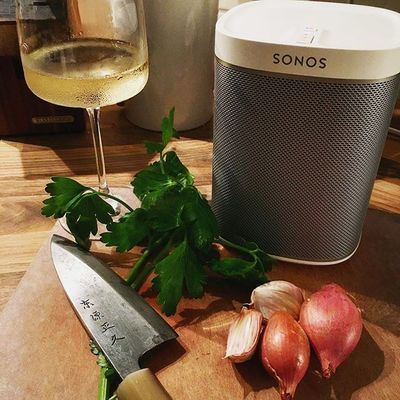 I bought a Xmas present for us today. And it makes cooking SO much better! 😉😁☺️ #sonos #sonossoundsystem #sonosrocks #musiceverynight #spotifypremium #spotifychill #ilovemusic  #ilovecooking #chill #eveningchill #happygirl #bestxmaspresentever #enjoycooking #musikistrichtig #sonosstudio #itsthelittlethingsthatmakeyouhappy #japaneseknivesarethebest