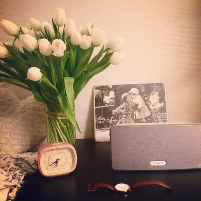 Réconfort de mon chéri après cette journée toute maladou: Ptit bouquet de tulipes blanches trop chou  & un peu de musique avec ma Sonos de mon anniv ❤️ #love #tulipes #flower #sonos #danielwellington #instadaily #photooftheday #cute #beautiful #white