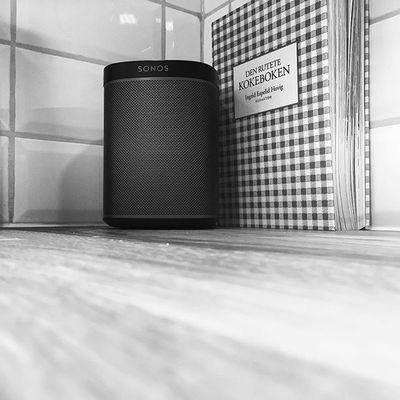 🔊S O N O S 💥  #sonosporn #music #sound #music #design #hot #art #sonos #konevennlig #play1 #kitchn #kitchen #house #wifi #wireless @sonos #powerfull #smallspeakerlargesound #Appletv #art play #iphone6 #ios9 #modern #classic #newHobby