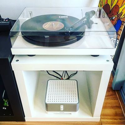 Alllll white errythang. New Setup using a @sonos Connect.Amp which allows me to stream vinyl via wireless to the apartment's incredible playbar and sub setup! 💣💣💯💯🎶🎶 ------------------------------------------ #sonos #connectamp #projectaudiosystems #vinyl #allwhiteeverything #sofreshsoclean #rhubarbrecords