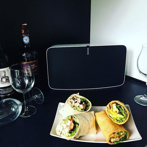 Montagabend ausklingen lassen mit Musik🎶, Wein 🍷und Wraps 🌯. Mein neuer Sonos #play5 passt soooo gut in meine Küche 💕. Einen schönen Abend ihr Lieben 😘 #sonos #sonosplay5 #music #happy #monday #dinner #dinnertime #eeeeeats #food #foodlover #foodlovers #yummy #yum #wine #gemütlich #instadaily #photooftheday #picoftheday #sonosathome #instalike #instalove #instagram #goodnight #wraps #lifestyle