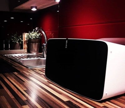 Schade, dass das Bild keinen Sound präsentieren kann.  SONOS  #küche #kitchen #perfecto #sonos #play5 #kuchnia #picoftheday #black #red #photography #photooftheday #photo #instapic