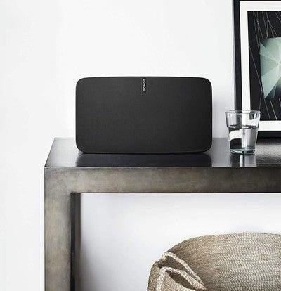 Con el #Sonos #Play5 disfrutarás de un sonido puro, perfecto para llenar cualquier espacio con la música que más te gusta. Además podrás controlarlo con @Yetismarthome #app Link on bio