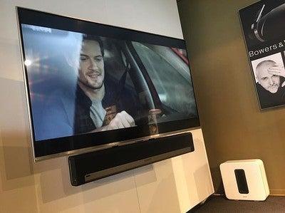 Muziek streamen en film kijken met surround geluid. Het kan allebei met de Playbar van Sonos!  #sonos#playbar#sub#play1 #lg#ultra#hd#television#audio#homecinema#music#spotify#wireless#streaming#streamingeindhoven#black#white#custom