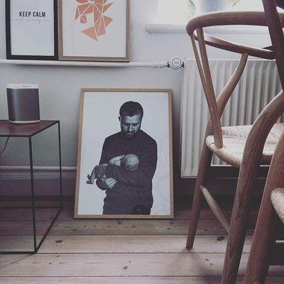 Mit ynglingsbillede - glæder mig til at det kan komme til sin ret i det nye hus ❤ #mineto #hansjwegner #mithjem #bylassen #decorate #designclassics #play1 #chairaffair #sonos #ystol #wegner #diningroom #homesickblog #wishbonechair #spisestue #mogenslassen