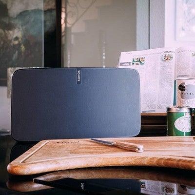 Musik macht auch beim kochen Spaß, aber nur mit Flexson Zubehör! --> swipe  #flexson #lifestyle #SonosHome #kochen #cooking #play5