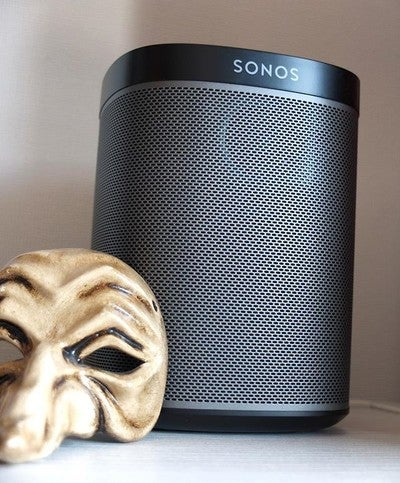 """@sonos @sonoschile Es una marca que apunta por la integración de la música en el hogar, este parlante inalámbrico wifi pertenece a la familia """"play"""" - la gracia es que se pueden agregar paulatinamente parlantes y ubicarlos en diferentes espacios, desde dormitorios, cocinas e incluso baños. Se interconectan y con servicios como Apple music, Spotify, tuneIn Radio etcetera y a través de una app se puede elegir que toca cada uno. La calidad de audio es sorprendente, yo tengo dos play1 en mi pieza sincronizados en estéreo y me despiertan cada mañana. Creo que lo interesante es que son sumamente poco intrusivos y logran lo que todos queremos: Música sin interrupción. La interfaz es simple y minimalista.  PRS: 200US c/u play1.  #sonos #play1 #hifi #music #audio #gentleman #jermynrow #style #scl #chile #estilo #musica #musica #speaker #parlante #hifi"""