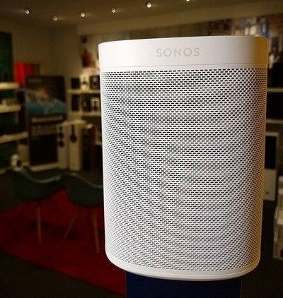 Nye Sonos One er i butikken. Trivelig liten multiromhøyttaler til små rom. Bygg på med flere høyttalere for å fylle huset.  #hifiklubbentromsø #hifiklubben #sonos #one #sonosone #multirom #musikkglede #badsoundkillsgoodmusic