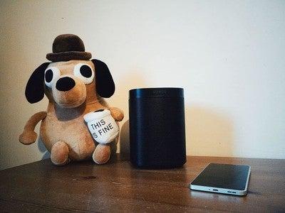 Een Sonos One kan heel de kamer vullen met muziek. In theorie kan je met je stem vragen om kerstliedjes op te zetten, maar dat werkt niet in België en Nederland. Waarom zou je dan niet gewoon voor de Play:1 gaan? . .  door @yorickdupon. Bewerkt met #affinityphoto en #VSCO filter C2. . . #sonosone #sonos #audiophile #speaker #speakers #gadgets #music #sonoshome #belgianblogger #techphotography #techblogger #tech #technology @sonos