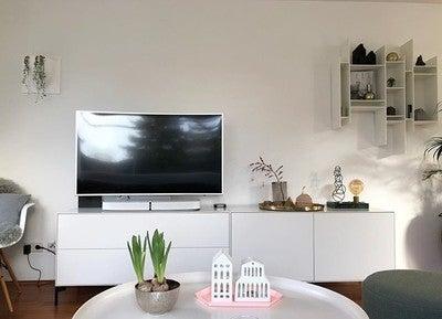 Alter TV ist kaputt!  schnell neuen kaufen und feststellen müssen, dass #Sonos #playbase nicht mehr drunter passt... jetzt #sanus Fuß gekauft, der passt super!  puh, das hätte mir ja alle Deko ruiniert @samsungcurved #samsung @sonos @sanus #hifi #männerspielzeug #tv #details #livingroom #interior #piure #norr11 #nordic #nordiskjehem #wohnkonfetti #kleinerfeinerfeed #germaninteriorbloggers