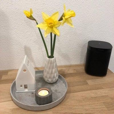 Meiner Meinung nach kann der Frühling schon kommen. ☺️ #narzissen #yellow #sonos #sonosone #black #white #concrete #allinwhite #allwhite #solebich #white #oak #eiche #spring #frühling #Nordic #atouchofnordic #nordichome #nordicinterior #scandi #scandinavianhome #scandinavianinterior #interior #flowers #candle