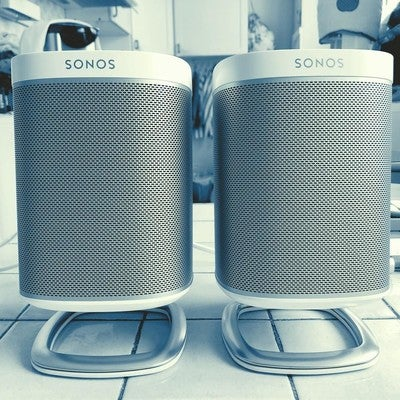 Sonos Play:1 mounted on Flexson's Desk Stands #flexsonforsonos #sonos #play1 #applemusic #streamingmusic #spotify