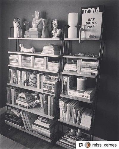 Little #homelibrary von @miss_xerxes. Für die passende Hintergundmusik sorgt natürlich ein @sonos #play1. Und wer noch ein passendes Buch benötigt, der kann bei @buk_auerbach mal vorbei schauen. #sonos #sonshome #lesen #bücherregal #lesenmachtglücklich #lesenmachtglücklich